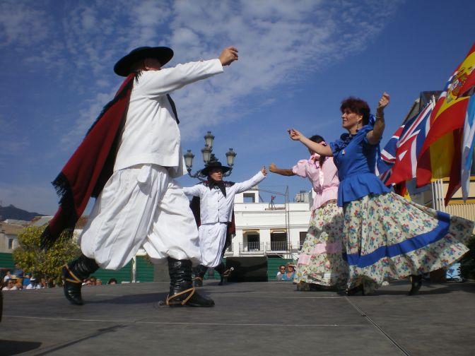 """""""Chacarera"""" baile tradicional de gauchos y chinas (pinterest.cl/patrydelgado/)"""